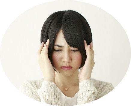 頭痛に悩む若い女性