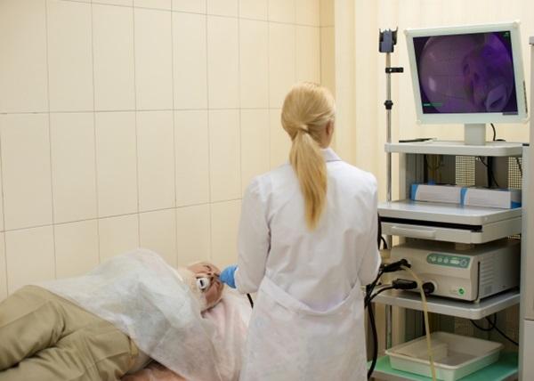 胃カメラ検査を受ける外人男性と女医