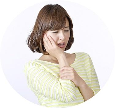 顎関節症の痛みに耐える女性