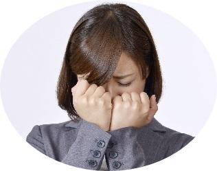 感動して泣く女性の画像
