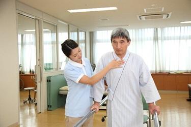脳梗塞の後遺症でリハビリする男性