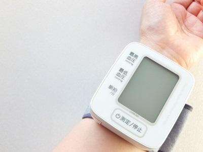 手首で測る家庭用血圧測定器