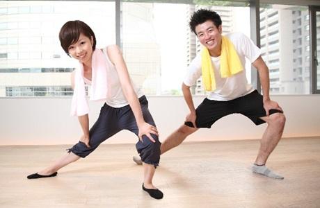 運動する男女