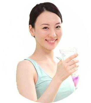 睡眠の質を高めるために水を飲む女性