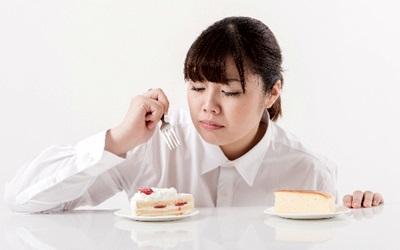 ケーキを食べるうつ病の女性