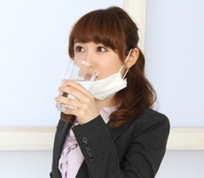 インフルエンザで葛根湯を飲む女性