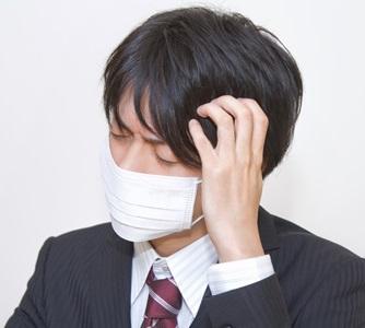インフルエンザで熱のある男性