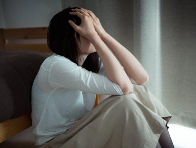 泣く若い女性