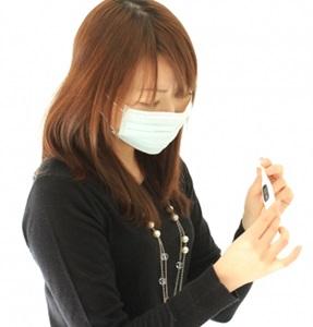 インフルエンザで熱を測る女子