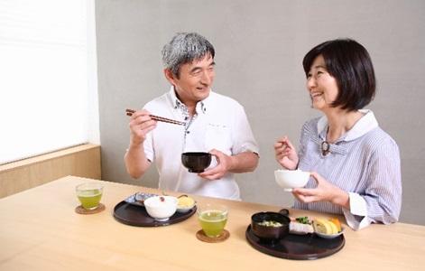 老化防止の食べ物を摂る夫婦