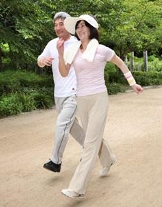認知症予防で運動する老夫婦