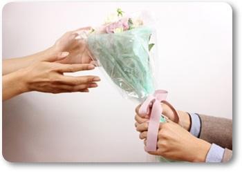 男女の違い恋愛編花束を渡す男性A