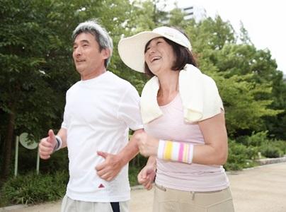 認知症予防のためにジョギングする老夫婦