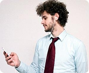 スマホをイヤホンマイクを使って通話中の男性A