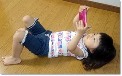 スマホを見る子供の画像