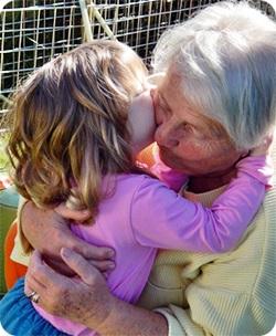 孫と抱擁する老女