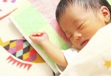 赤ちゃんが眠ってる画像