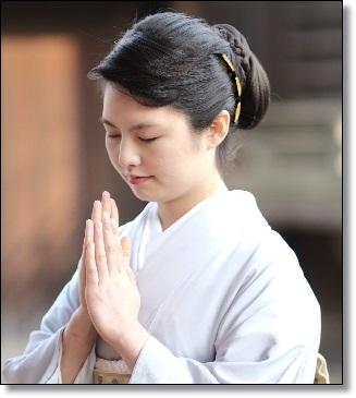 祈る和服女性A