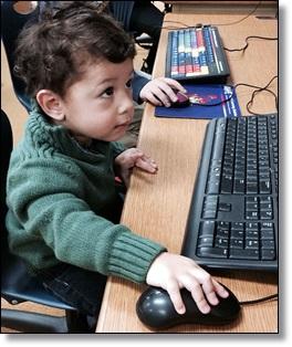 PCに向かう子供