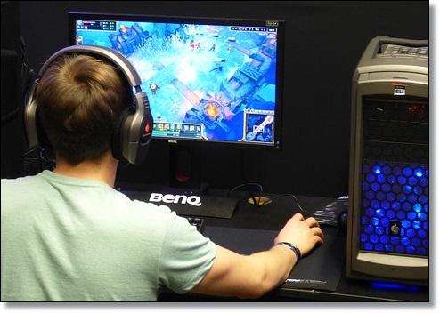 暴力的なゲームをする青年