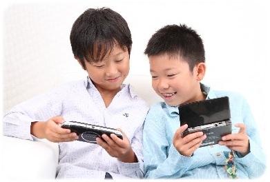 ゲームで遊ぶ子供たちA