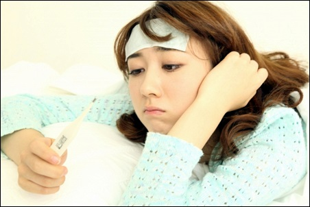 インフルエンザで熱を測る女性A
