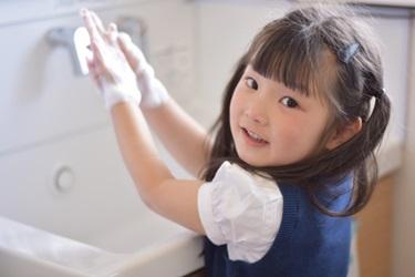 子供の手洗いの画像