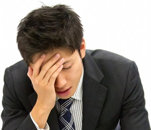 ADHDの大人の男性が仕事のミスに悩む画像A
