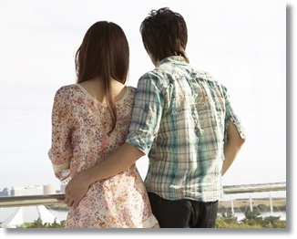 景色を眺めるカップル