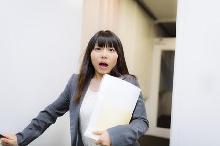 失敗に慌てるADHDの女性