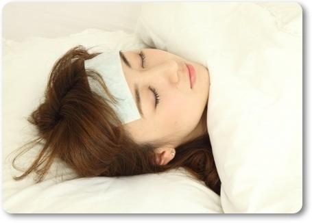 風邪の発熱で寝込む女性