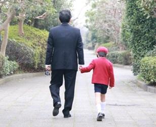 子供と親の後姿の画像