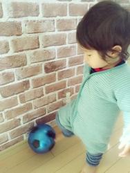 サッカーをする2歳児