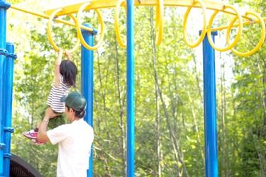 パパと一緒に遊ぶ3歳児