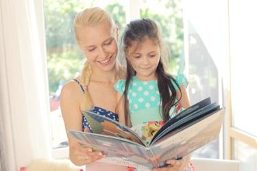 母子の読み聞かせ風景