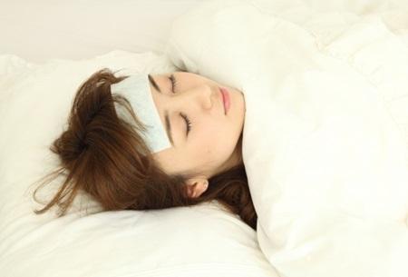 インフルエンザで寝込む女性