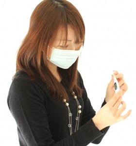 インフルエンザで熱を測定する女性