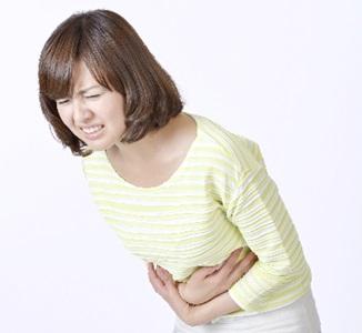腹痛の女性B