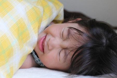 インフルエンザで寝込む女児