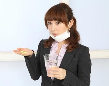 ビタミンCを飲む女性の画像