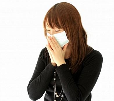 咳が止まらない女性の写真
