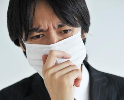 咳が止まらない男性Aの画像