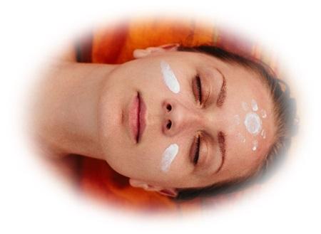 顔に日焼け止めクリームを塗ってる女性