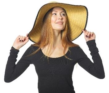 日焼け対策で帽子と黒い服を着る女性