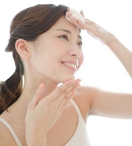 日焼け後に化粧水をたっぷりつける女性