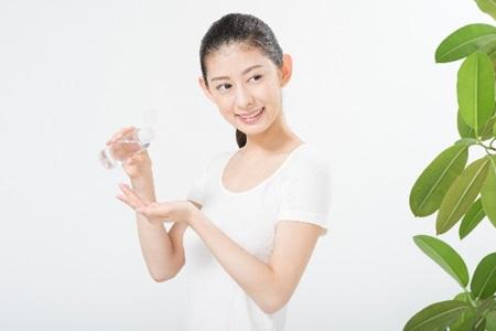 日焼けによるシミの対処法として美白化粧品を使う女性