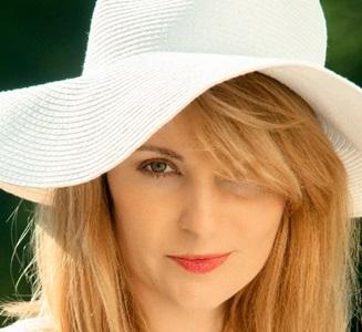 シミ予防で帽子とメイクで日焼け対策を徹底する女性