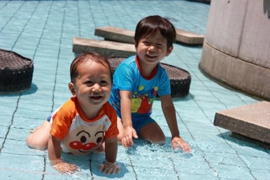 水遊びをする日焼けした子供たち