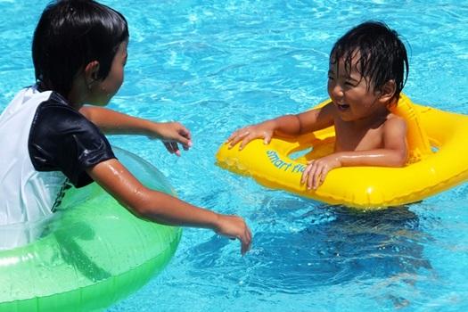 兄弟のプールでの日焼け画像