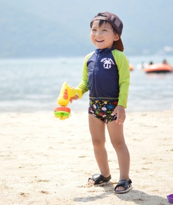 海辺で遊ぶ男の子